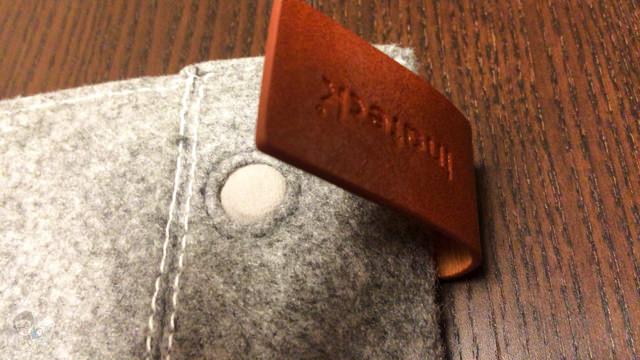 iPad Air ケースのポケット付近にはマグネット式のストッパーが付属している
