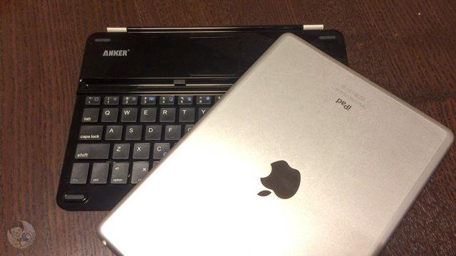 iPad Air 本体以外にもサードパーティ製キーボードも一体にして収納できる