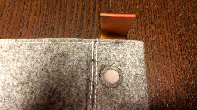 ストッパーの向きを変えてiPad Air 本体を固定できる