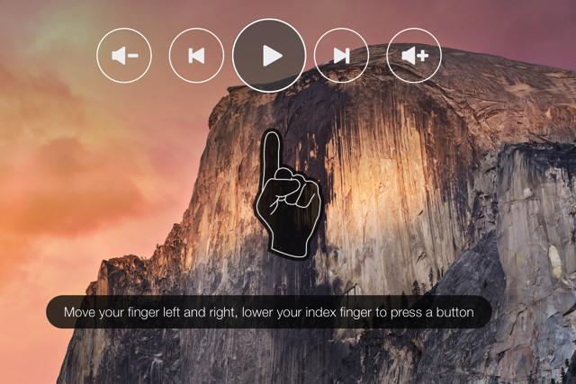 カメラに向かって人差し指を立てる