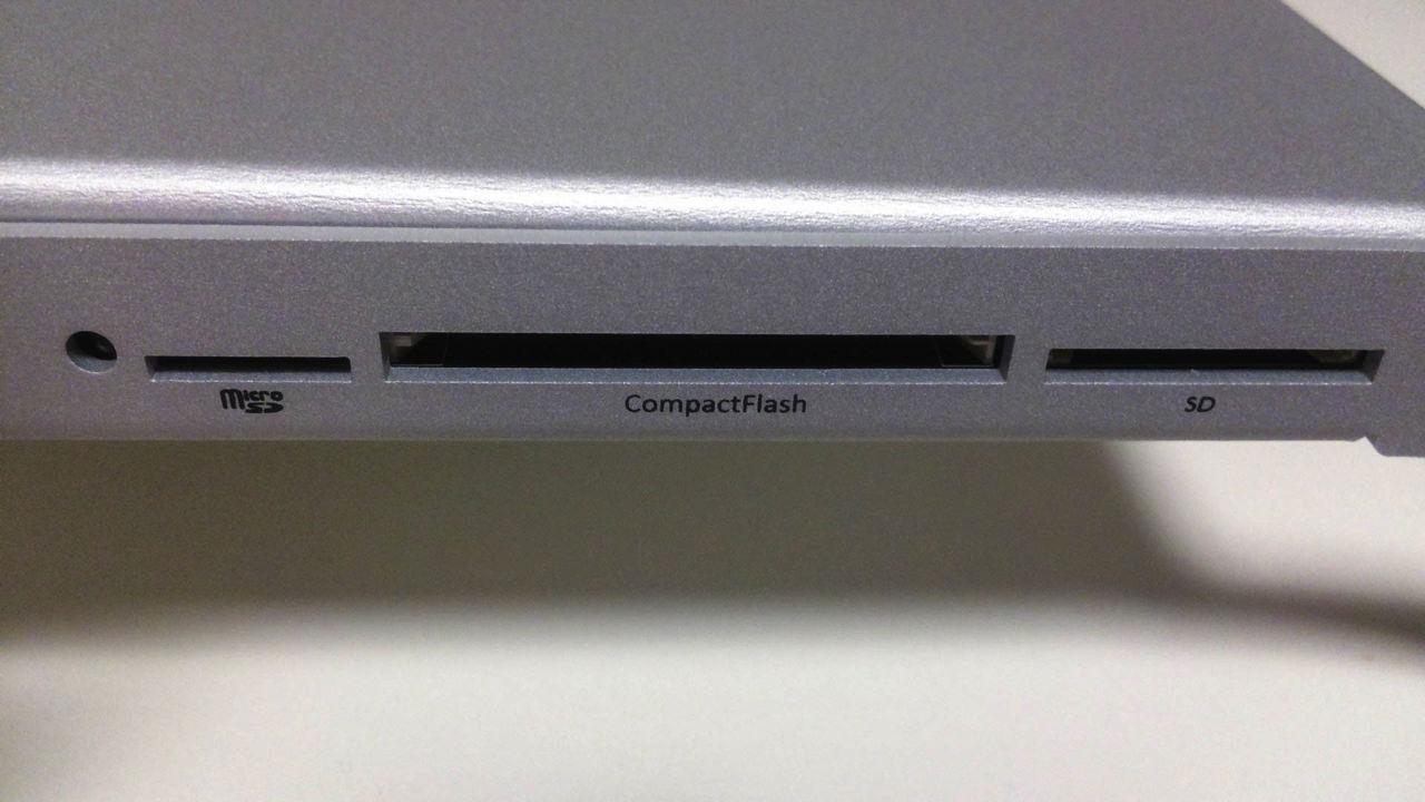 iMac 5K ディスプレイスタンドの前面にはSDカードを挿入することも可能
