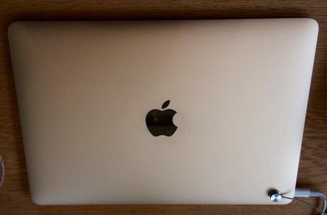 MacBook ゴールドモデルのアップルロゴ