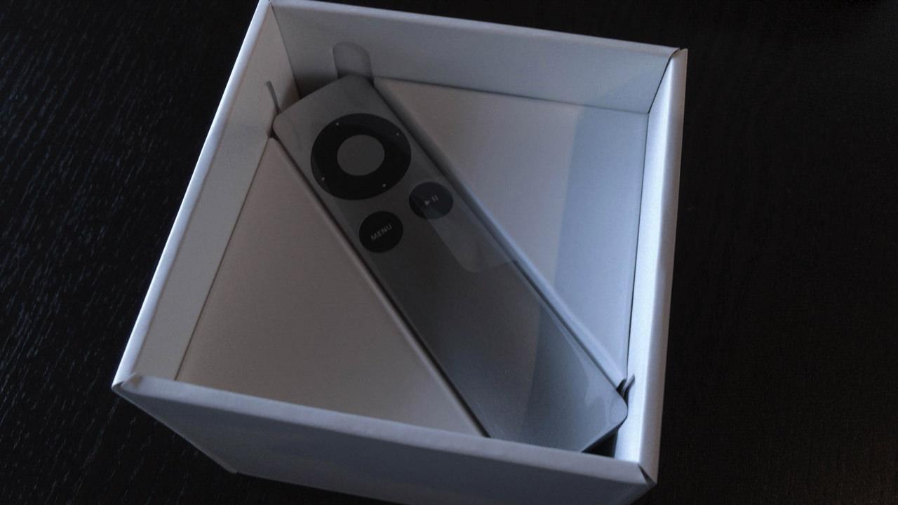 Apple TV 第二世代と同じリモコンが付属している