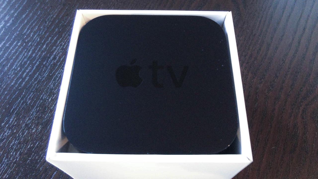 Apple TV 第三世代の外箱を開封した場面