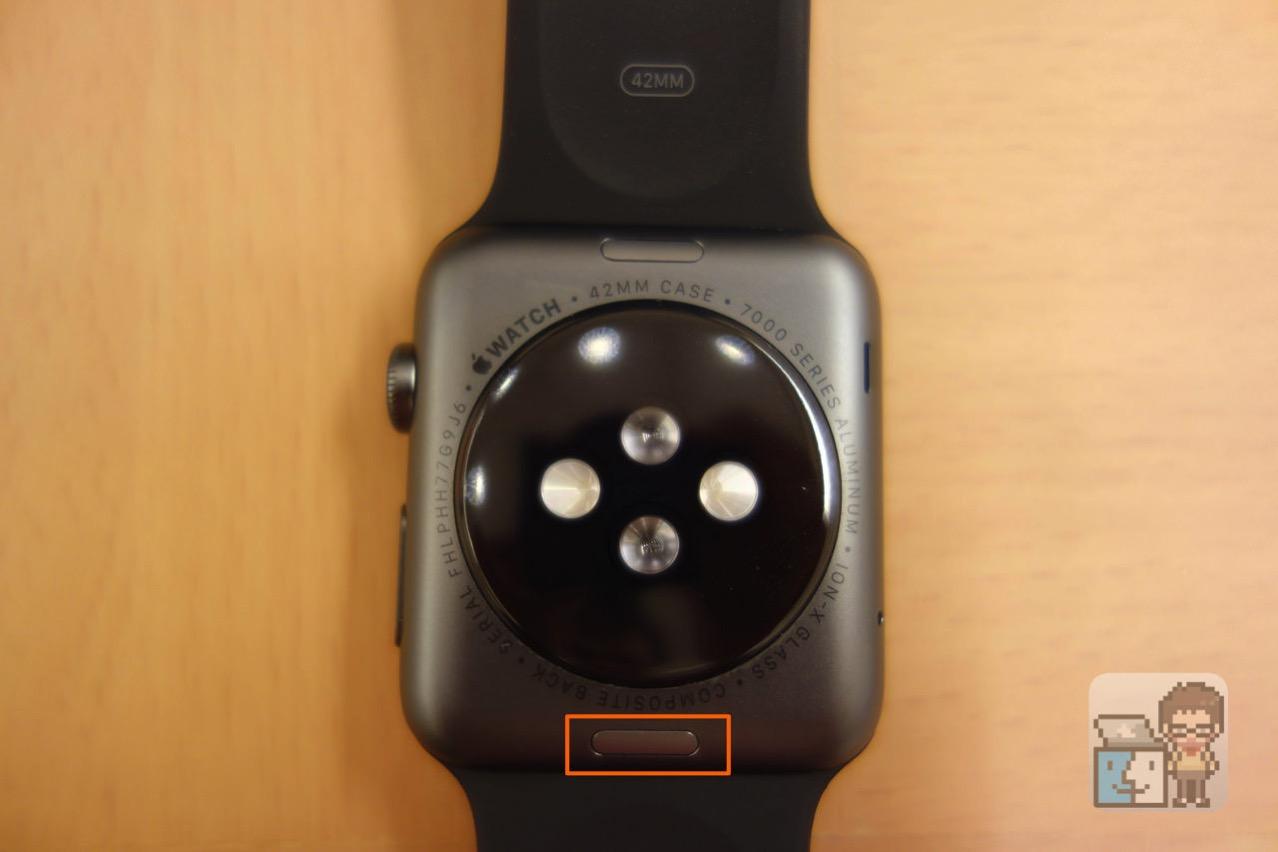 Apple Watch 本体の裏面にあるボタンを押す