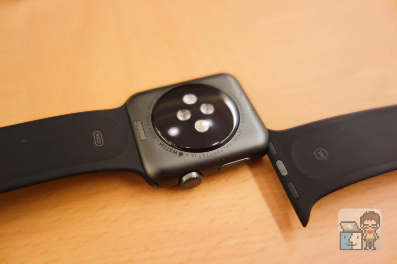 Apple Watch 本体の裏面にあるボタンを押しながらバンドをゆっくりスライドさせる