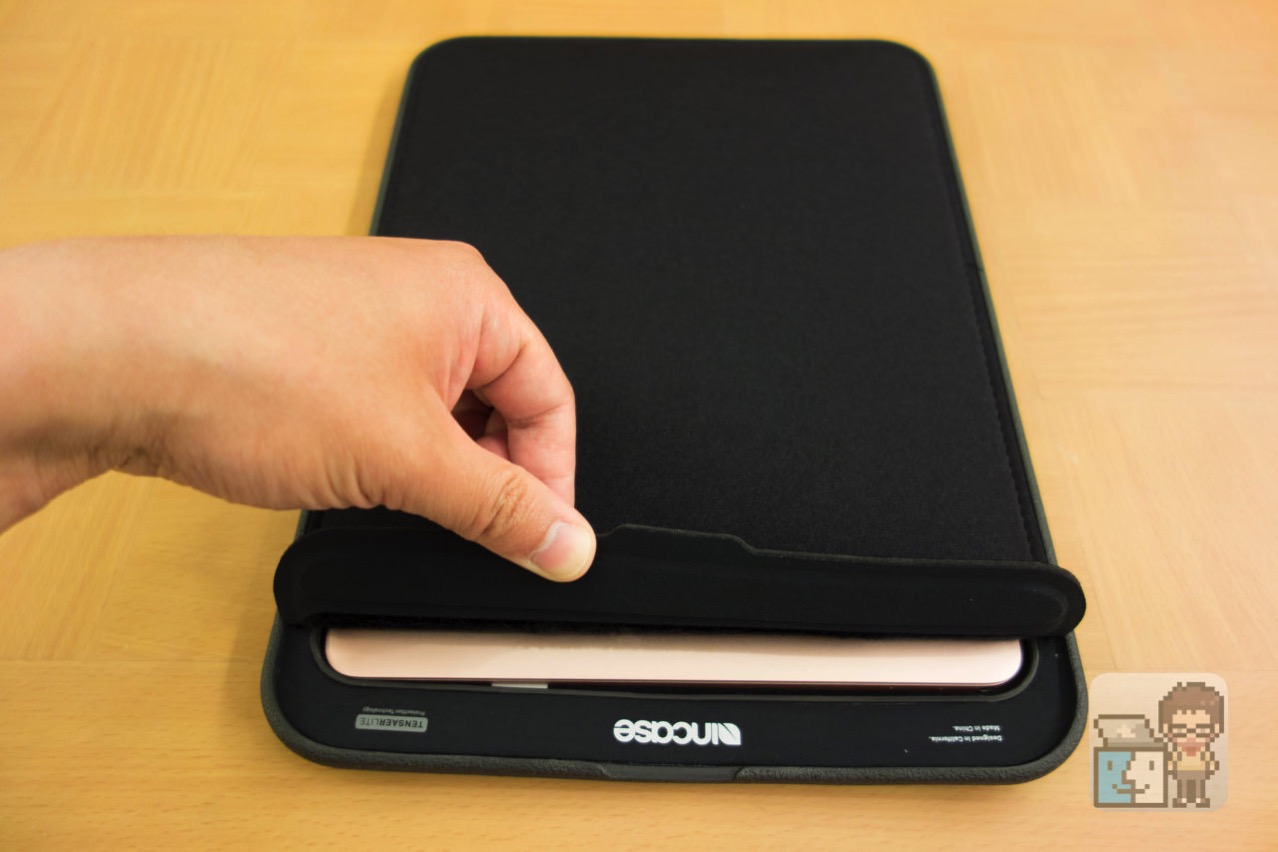 Incase 12 inch icon sleeve with tensaerlite for macbook10